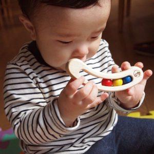 赤ちゃんがファーストトイで遊んでいる