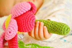 赤ちゃんがラトルを握っている
