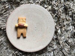信楽焼きのお皿に動物クッキー