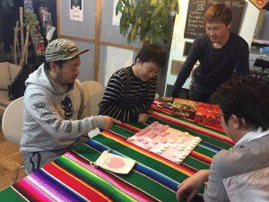 ハート将棋を楽しむ男性たち