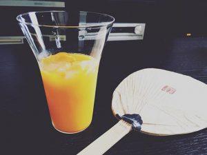 オレンジジュースの入ったグラス