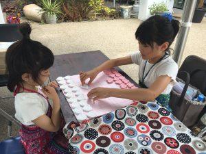ハート将棋を楽しむ女の子たち