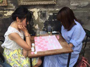 ハート将棋をする女性