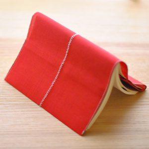 赤い色のブックカバー